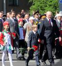 Aleksandr Loekasjenko met zijn jongste zoon Nikolai tijdens een parade in 2012. Zoon Viktor is de man met de snor achter hen.