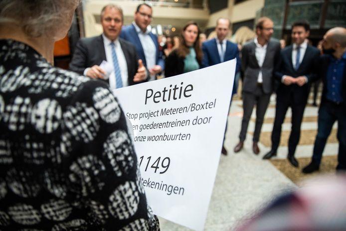 Afgelopen dinsdag toog het actiecomité Goederentreinen Nee naar Den Haag en overhandig een petitie aan Tweede Kamerleden.