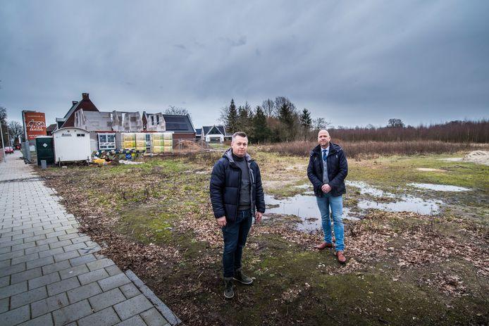 Marco Oosterveld (rechts) en Dennis Smits wonen in middels in het bouwplan De Geurmeij.