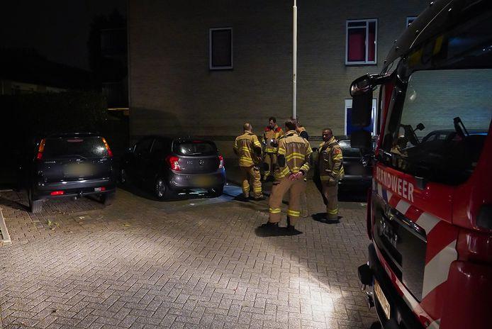 De brandweer bij de auto op de Sterappelgaard in Arnhem-Zuid. Een onbekende probeerde de wagen in brand te steken.