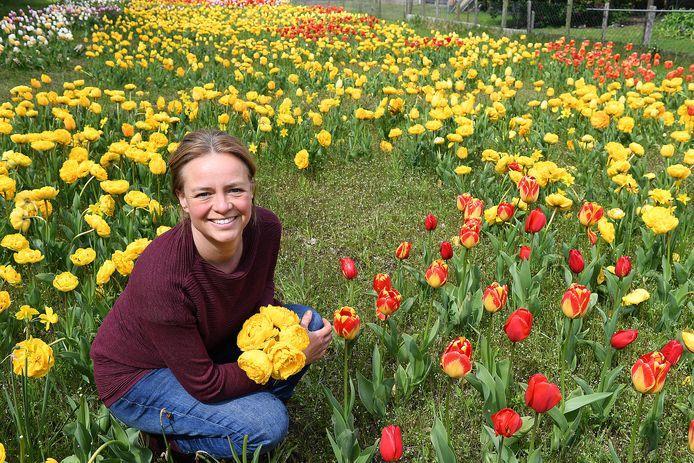 Bedenker Siska van Kessel tussen de tulpen van haar 'I love Linden' weitje.