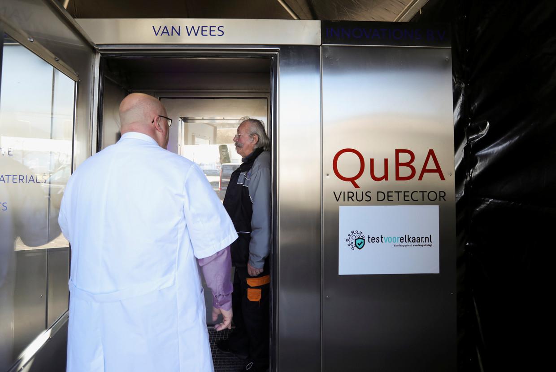 Peter van Wees en zijn QuBa-virusdetector. Beeld REUTERS