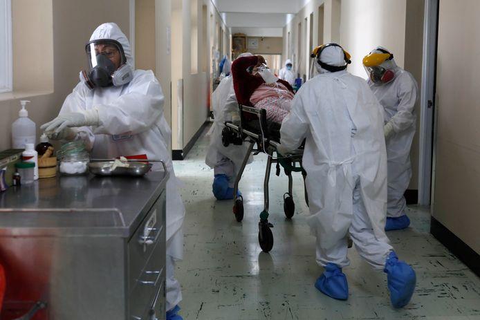 Zorgmedewerkers aan het werk in een ziekenhuis in Arequipa, Peru.