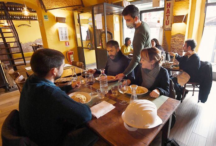 Drie horecabedrijven mogen de deuren openen:  een restaurant met alleen zitplaatsen, een met ook een bar en een fastfoodrestaurant
