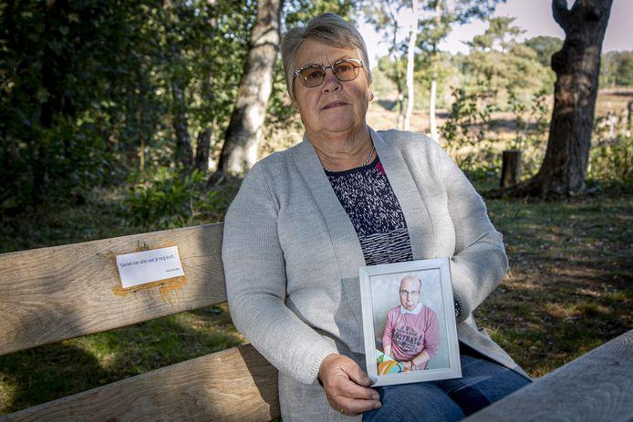 Miny de Haan kwam er afgelopen week achter dat het herinneringsplaatje aan haar overleden zoon Pascal is verdwenen van het bankje aan de Plaggenweg. Ze heeft er tijdelijk een briefje opgeplakt tot het nieuwe plaatje er is.