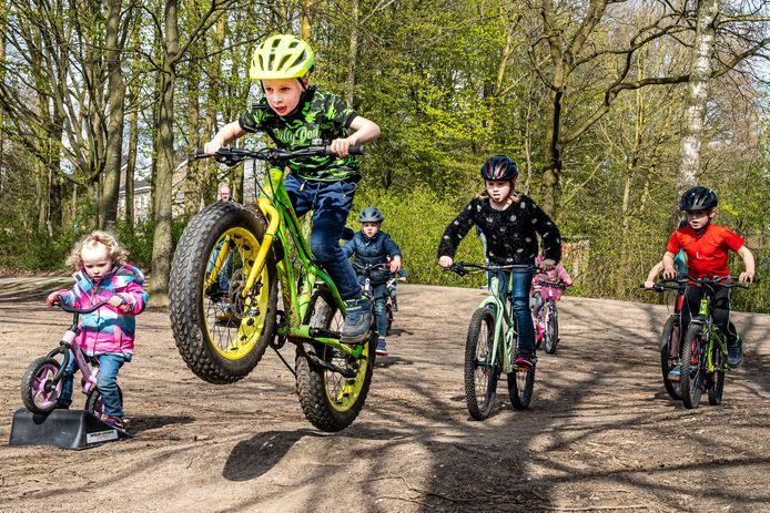 Een aantal ouders van kinderen wil samen met de kinderen graag een fietscrossbaantje achter de voormalige school de Vuurvogel aan de Veldsingel in Malden. Kinderen laten alvast zien dat het daar leuk crossen is. Vincent met de gele helm laat alvast zien wat hij kan.
