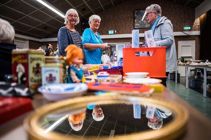 Nostalgische voorraadbussen en speelgoed op de Grootmoeders tijd- en antiekmarkt.