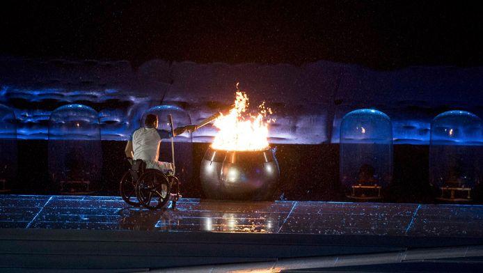 De Braziliaanse zwemmer Clodoaldo Silva ontsteekt het olympische vuur.
