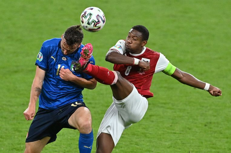 De Oostenrijker David Alaba (r.) trapt de bal weg in de EK-match tegen Italië. Alaba ruilt Bayern voor Real. Beeld Pool via REUTERS