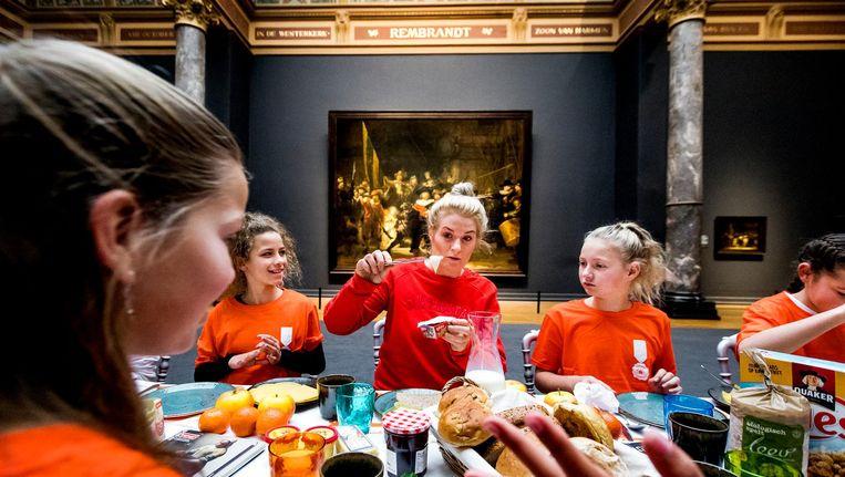 Leerlingen van de basisschool de Satelliet in het Rijksmuseum met Miss Montreal. Beeld ANP
