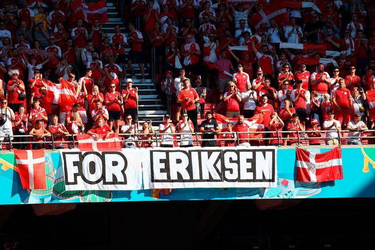 De Deense fans steken Christian Eriksen een hart onder de riem. Beeld AP
