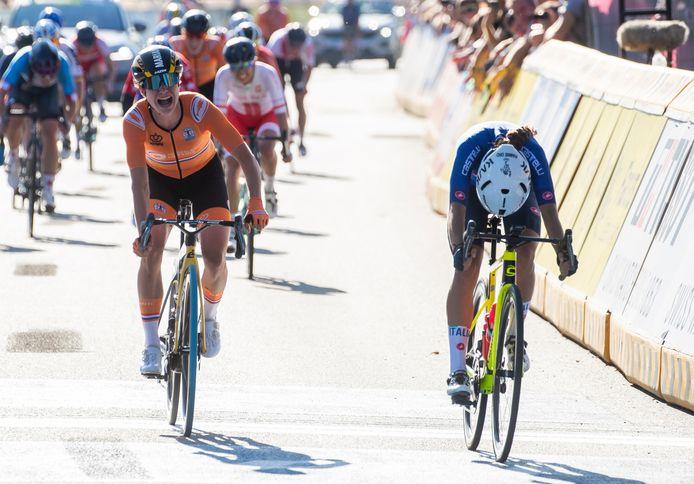 Marianne Vos grijpt naast het goed en schreeuwt het uit. Elisa Balsamo (r) is de nieuwe wereldkampioen