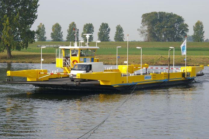 Een veerpont dat op de Maas heen en weer vaart tussen Brabant en Gelderland.