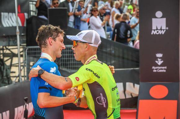Frederik Van Lierde feliciteert Florian Angert met zijn overwinning in Barcelona.