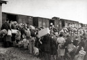 Mensen gaan de trein in, richting vernietigingskamp.
