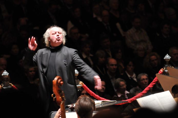 Dirigent Pieter Jan Leusink uit Elburg voert zijn orkest aan.
