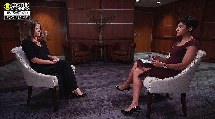 Brittany Commisso (links) tijdens haar openbare getuigenis bij de zender CBS News.