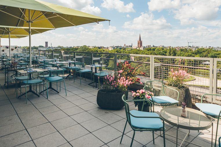 CultuurCafé ON TOP!, op het dak van De Grote Post in Oostende.  Beeld Nick Decombel