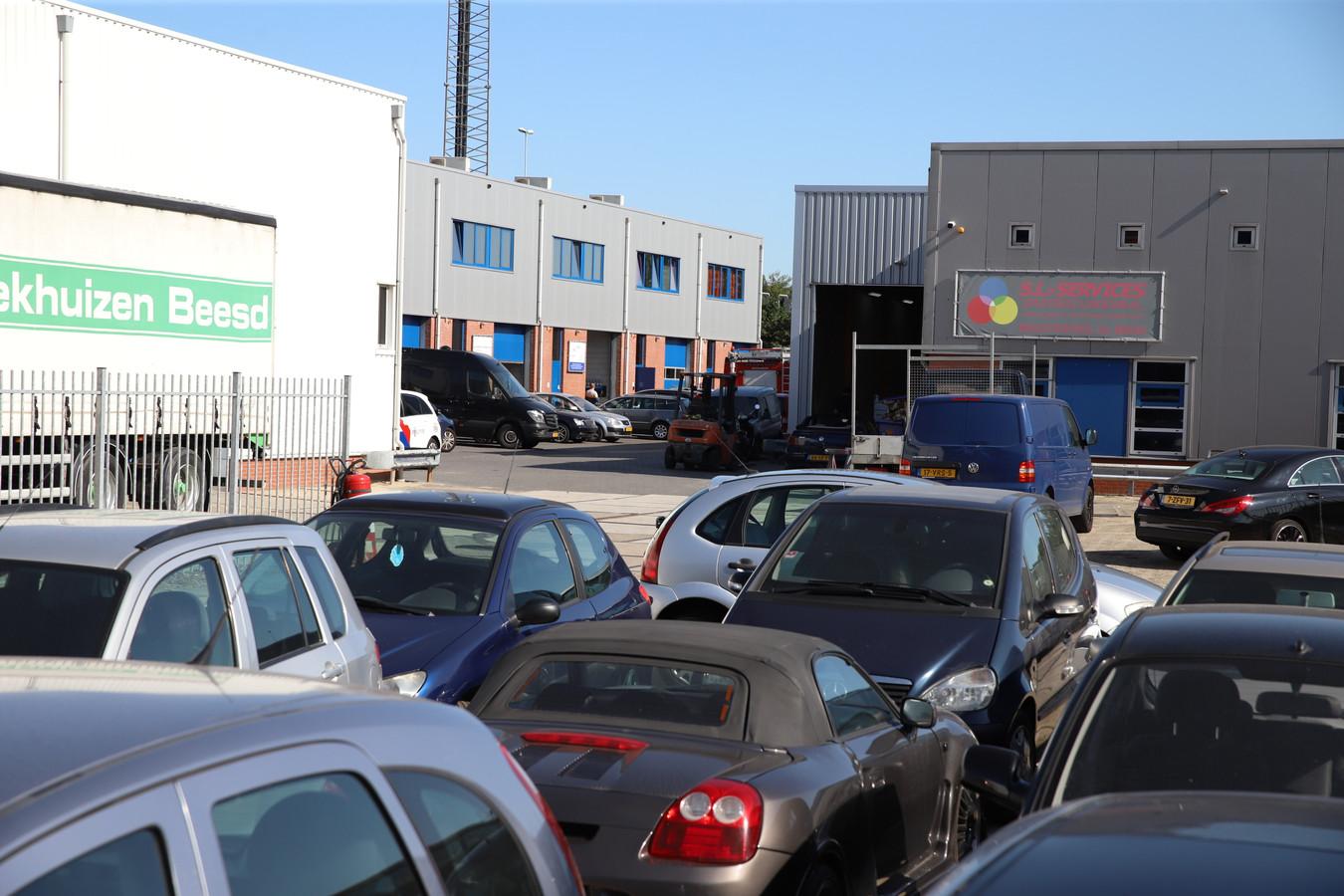 De politie doet onderzoek bij een bedrijf aan de Industrieweg in Beesd.