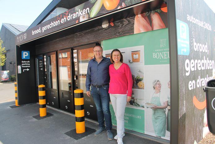 Johan en Nancy van Vanatex bij hun automaat in Lendelede.