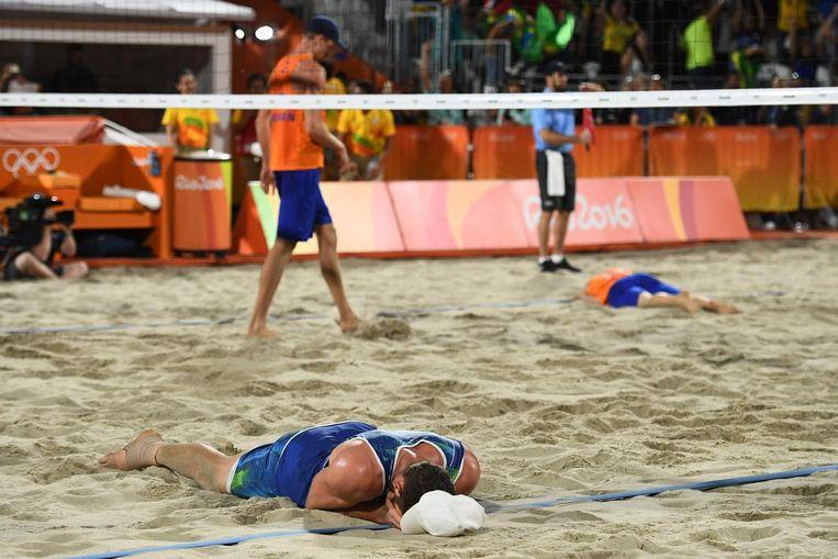 Teleurstelling bij de Nederlanders op de achtergrond, vreugde van de Brazilianen op de voorsprong Beeld anp
