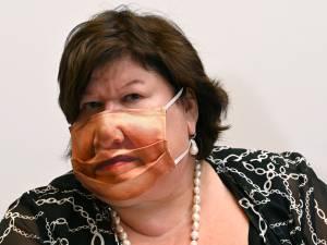 Maggie De Block fait sensation avec son masque au parlement