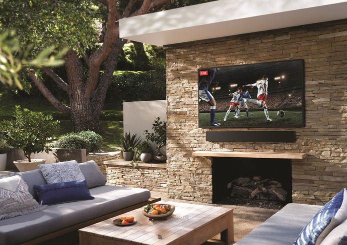 """Avec le téléviseur """"The Terrace"""", vous pourrez suivre vos programmes préférés dans votre jardin."""
