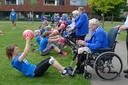 Een aantal ouderen helpt andere sporters door de zware training heen