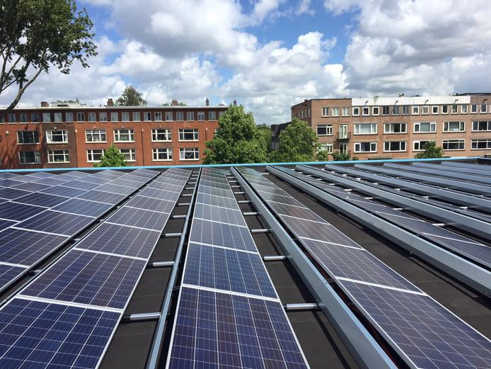 Corporaties leggen steeds meer zonnepanelen  op daken.