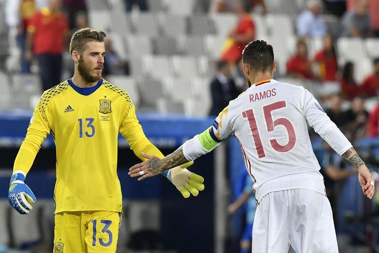 Ramos en De Gea peppen elkaar opna de late tegengoal Beeld AFP