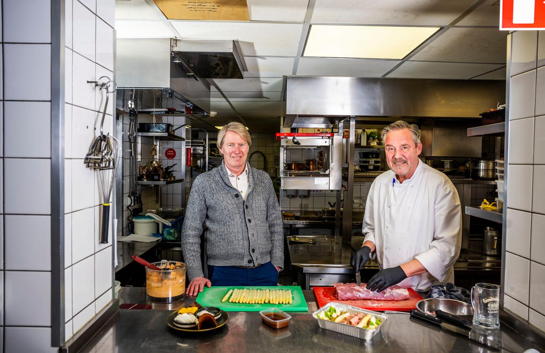 Aad van der Stel (rechts) met een van zijn koks in de keuken van restaurant Old Dutch.