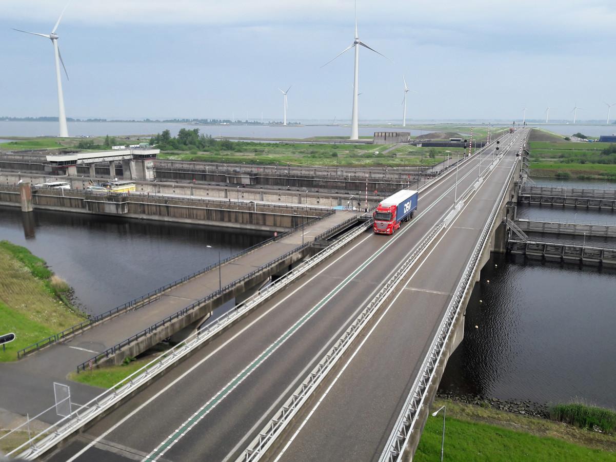 De N257 over de Krammersluizen. Nu mag er nog 100 gereden worden maar als het aan de Provincie Zeeland ligt straks niet meer.