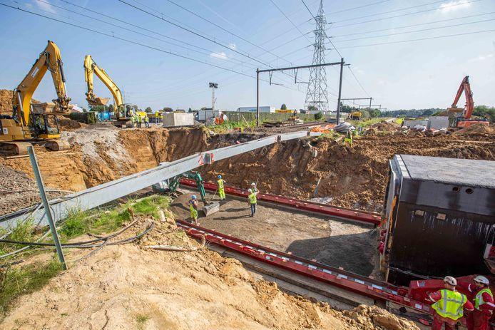 Vrijdagnacht werden de sporen weggenomen, een put uitgegraven en de fundering geplaatst zodat de koker zaterdagmiddag op z'n plaats kon worden geschoven.