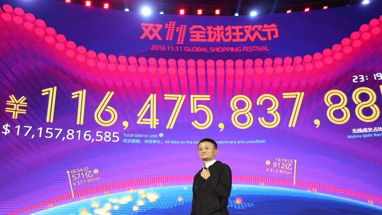 Alibaba-oprichter Jack Ma staat voor een scherm met daarop de dagopbrengst van Singles Day: een royale 14,5 miljard euro. Beeld anp