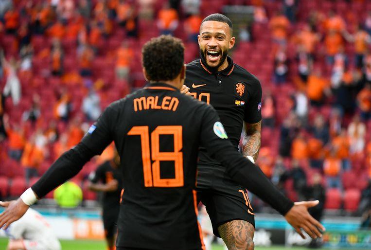 Malen en Memphis vieren de 1-0 tegen Noord-Macedonië, de zoveelste goal op dit EK die valt uit een lage voorzet. Beeld Reuters