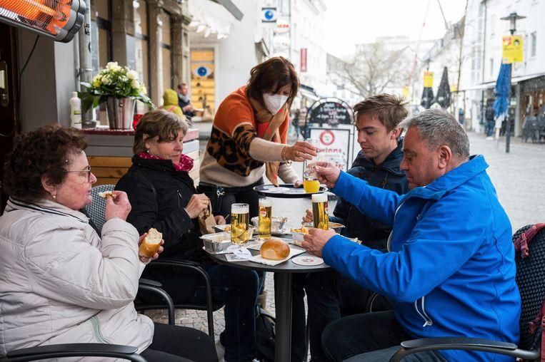 In Saarland kunnen inwoners alweer een biertje bestellen op het terras. Beeld AP
