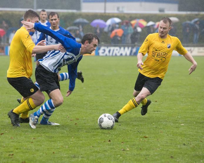 Bladella vs Reusel Sport, met Niels Krekels (midden) van Bladella in actie.