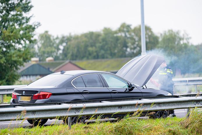 De politie was als eerste ter plaatse bij de brand op de A58 bij Tilburg. Een agent bluste met een bandblusser het vuur.