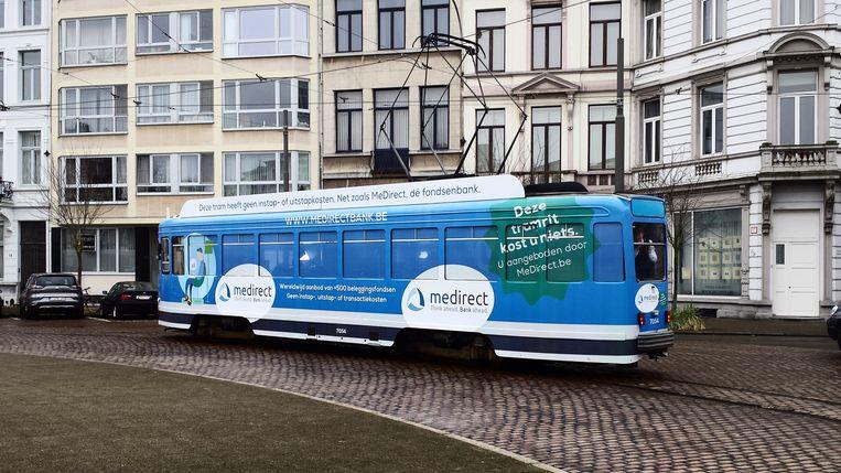 De bewuste blauwe tram 7 in Antwerpen, die een maand lang gratis ritjes aanbiedt. Beeld RV