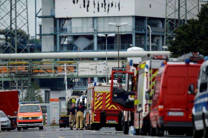 Brandweerwagens aan de getroffen afvalverwerkingsinstallatie in het chemiepark in Leverkusen.