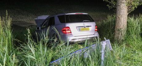Bestuurder rijdt rechtdoor en eindigt met auto in een greppel bij Tollebeek