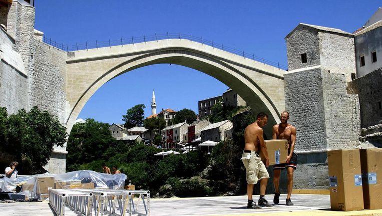 Bosnische mannen bereiden de opening voor van de replica van de Stari Most in 2004. Beeld epa