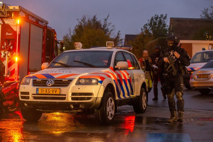 Zwaarbewapende agenten bij een inmiddels door de burgemeester gesloten bedrijfspand in Vinkeveen, waar afgelopen najaar veel drugs en contant geld werden aangetroffen.