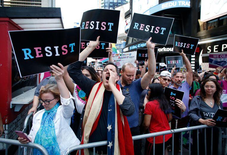 Mensen demonstreren in juli 2017 tegen het besluit van de Amerikaanse president Donald Trump dat transgenders niet mogen dienen in het Amerikaanse leger. Beeld EPA