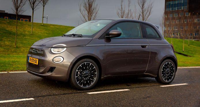 Ook langere bestuurders kunnen uit de voeten met de volgroeide Fiat 500e.
