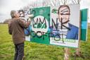 Vrijwilliger Joop van der Tol heeft donderdagmiddag op het verkiezingsbord bij Kamerik nieuwe posters van Boswijk opgehangen.