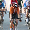 Marianne Vos gaat teleurgesteld als vijfde over de meet in Tokio.