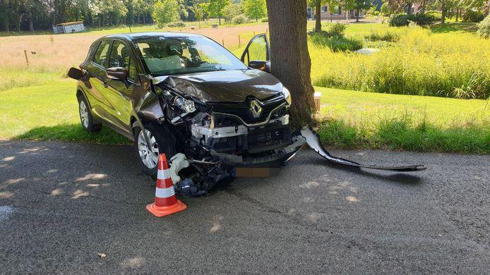 De zwaar beschadigde auto na het ongeluk bij Miste, maandag.