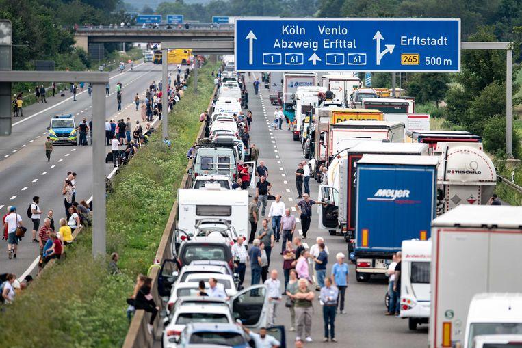 File in Duitsland met een reddingsstrook voor hulpverleners. Beeld dpa
