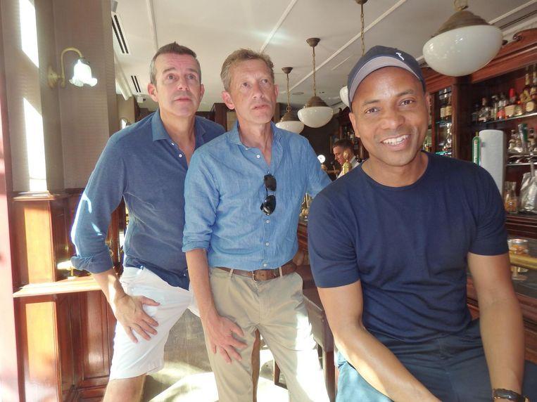Paul van der Linden (BNR Nieuwsradio), AT5-baas Paul van Gessel en RTL-presentator Humberto Tan kijken in de hotelbar naar Frankrijk-Kroatië. Beeld Schuim